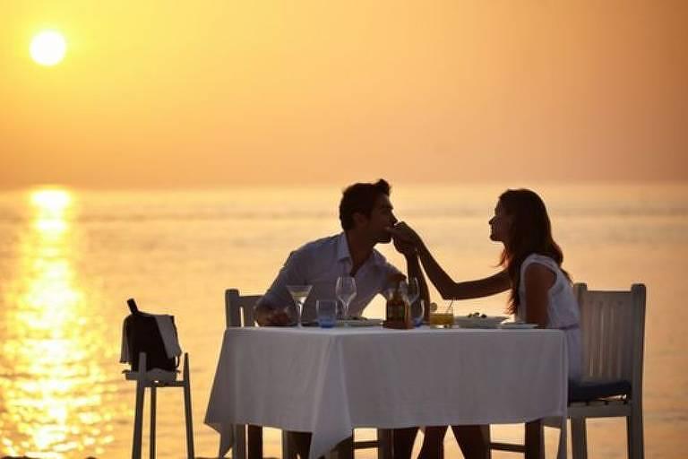 casal jantando ao pôr do sol
