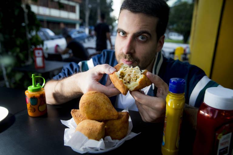 Luis Cardoso é louco por coxinha e acha a desse bar, praça Cheese em Pinheiros a melhor de todas