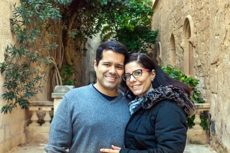 O casal Vinicius Teles e Patricia Figueira estão desde 2010 vivendo como nômades digitais pelo mundo. Na foto o casal na pequena Malta, entre a Sicília e a África