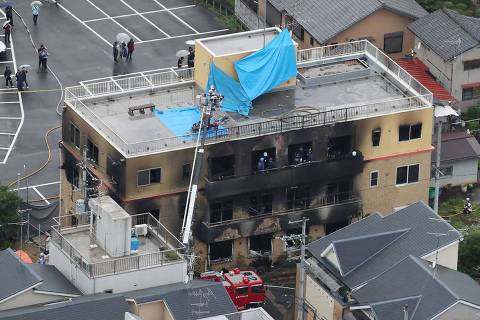This aerial view shows the rescue and recover scene after a fire at an animation company building killed some two dozen people in Kyoto on July 18, 2019. - At least 24 people were feared dead in a suspected arson attack on the animation company in the Japanese city of Kyoto on July 18, a fire department official told AFP. (Photo by JIJI PRESS / JIJI PRESS / AFP) / Japan OUT ORG XMIT: 18AT 59