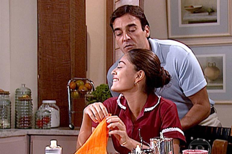 Danilo (Alexandre Borges) paquera a empregada da casa Juliana Paes (Rita)