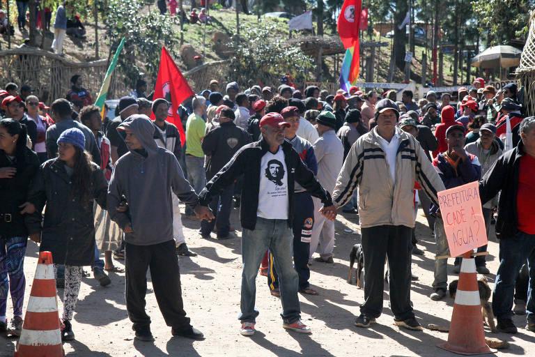 Moradores de acampamento do MST em Valinhos fazem protesto contra a falta d'água na ocupação; uma pessoa morreu atropelada na rodovia onde ocorria o ato