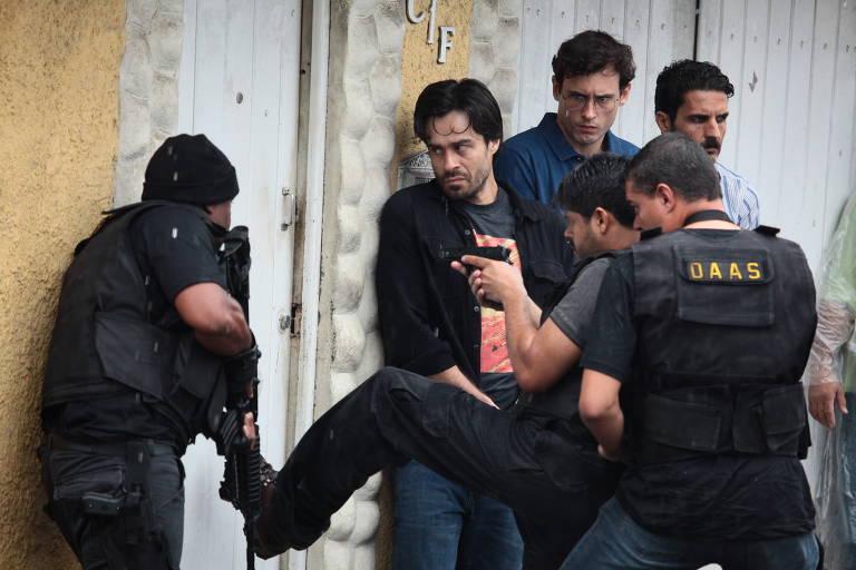 O ator Erom Cordeiro (Santiago) em cena da série A Divisão, do Globoplay