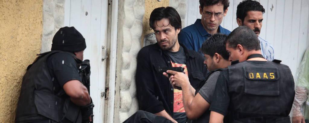 O ator Erom Cordeiro (Santiago) em cena da série