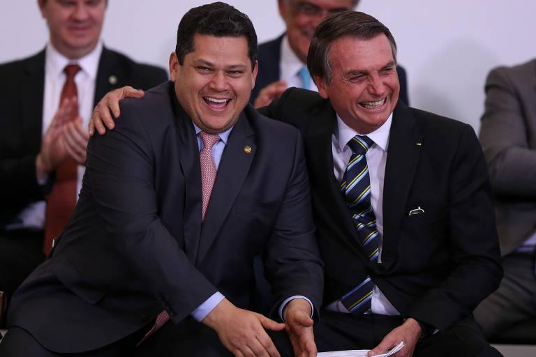 O presidente do Senado, Davi Alcolumbre (DEM-AP), e o presidente Jair Bolsonaro sorriem