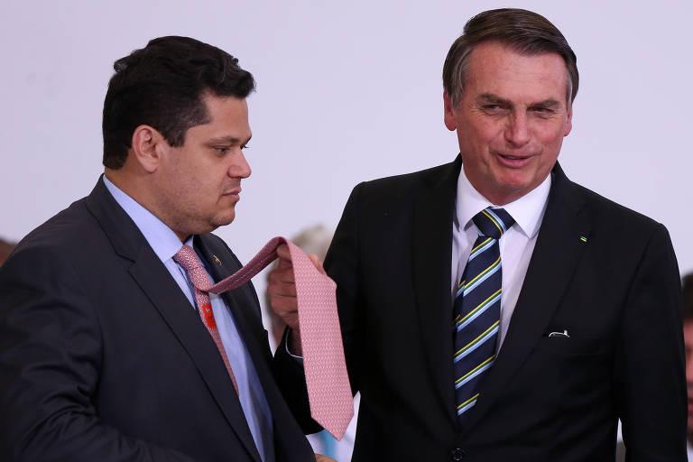 Presidente Jair Bolsonaro faz brincadeira com a cor da gravata do presidente do Senado, Davi Alcolumbre