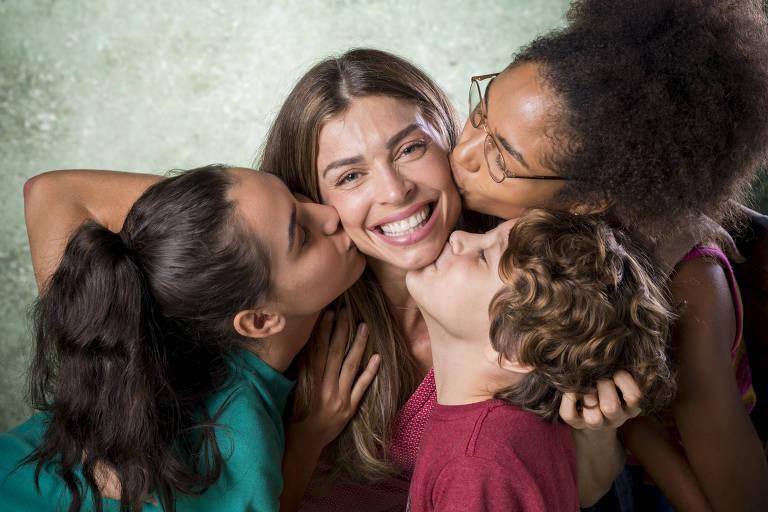 Paloma (Grazi Massafera) recebe o carinho dos filhos, Gabriela (Giovanna Coimbra), Peter (João Bravo) e Alice (Bruna Inocêncio)