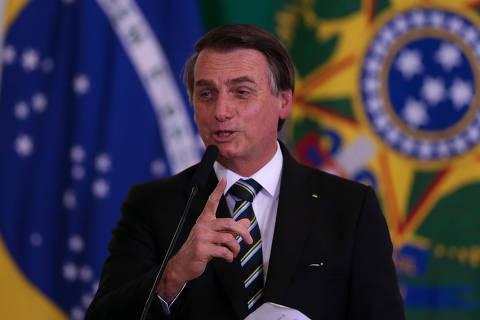 'Pretendo beneficiar um filho meu, sim', diz Bolsonaro sobre Eduardo