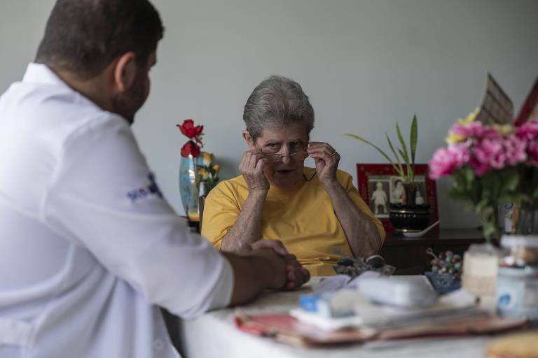 Médico do programa de saúde da família atende idosa na zona sul de São Paulo
