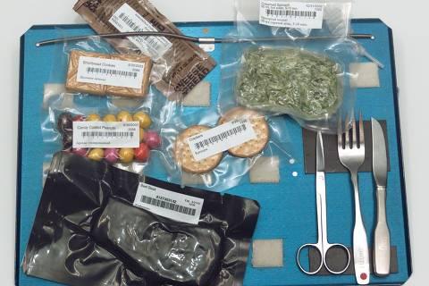 Comida liofilizada- Reduzir peso e volume de alimentos a vácuo em baixas temperaturas é usado em alimentos que requerem preservação em condições difíceis