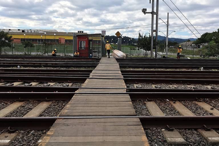 Passarela sobre linha de trem