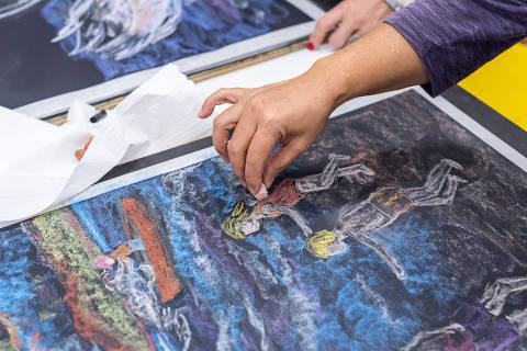 *** GRADUARTI*** Alunos de pós-graduação de pedagogia participam de aula de desenho em lousa na faculdade Rudolf Steiner, que usa o método Waldorf . Credito Divulgacao