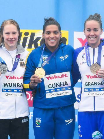 (190719) -- YEOSU, 19 julio, 2019 (Xinhua) -- La medallista de oro Ana Marcela Cunha (c), de Brasil, la medallista de plata Finnia Wunram (i), de Alemania, y la medallista de broce Lara Grangeon (d), de Francia, posan durante la ceremonia de premiación del evento de natación en aguas abiertas 25 kilómetros femenil de los Campeonatos Mundiales de Gwangju 2019 de la Federación Internacional de Natación (FINA), en Yeosu, República de Corea, el 19 de julio de 2019. (Xinhua/Wang Jingqiang) (jg) (da)
