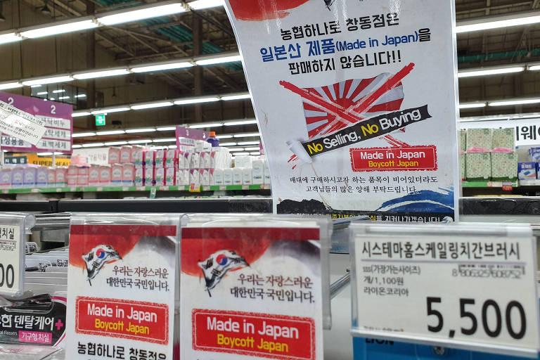 Supermercados em Seul removem produtos japoneses de suas estantes e colocam cartazes pedindo aos consumidores que boicotem mercadorias do Japão
