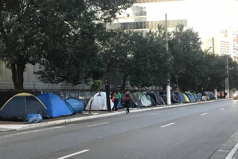 Fãs acampam desde fevereiro em barracas em frente ao Espaço das Américas, em São Paulo, para show do grupo de k-pop Monsta X nesta sexta-feira (19)