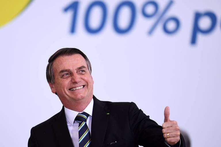 Na foto o presidente Jair Bolsonaro sorri e acena com um 'joinha'