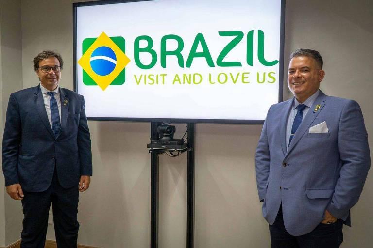A nova marca foi desenvolvida pelos próprios servidores da Embratur. Gilson Machado Neto, presidente da Embratur, e Osvaldo Matos de Melo Júnior