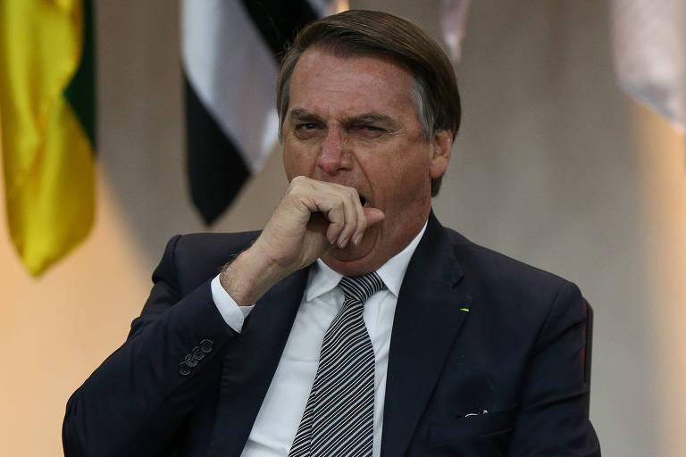 Bolsonaro boceja durante cerimônia