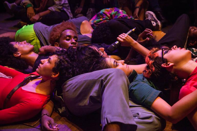 jovens deitados uns sobre os outros