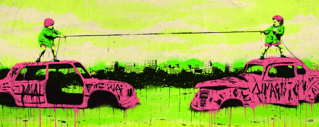 crianças mascaradas fazem cabo de guerra sobre carcaças de carros