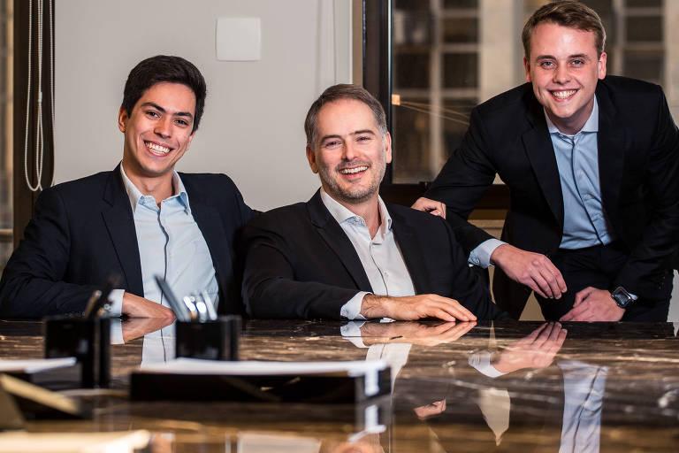 Felipe Ferrari (esq.), Luiz Felipe Ferraz, Caio Ortega, do grupo #MFriendly, no escritório Mattos Filho, em SP