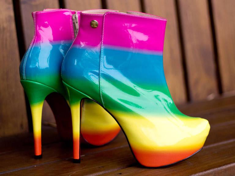Sapatos em numeração grande, para drag queens, da marca Domínio da Moda
