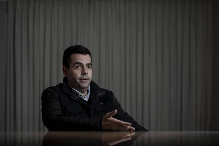 O médico Vinicius Rodrigues dá entrevista à Folha em Sorocaba; ele substituirá Eduardo Bolsonaro na Câmara caso o filho do presidente seja confirmado embaixador do Brasil nos EUA