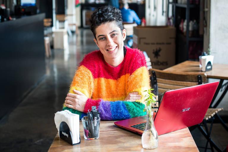 Maira Reis, criadora da startup Camaleao.co, em um café na região da avenida Paulista, em São Paulo