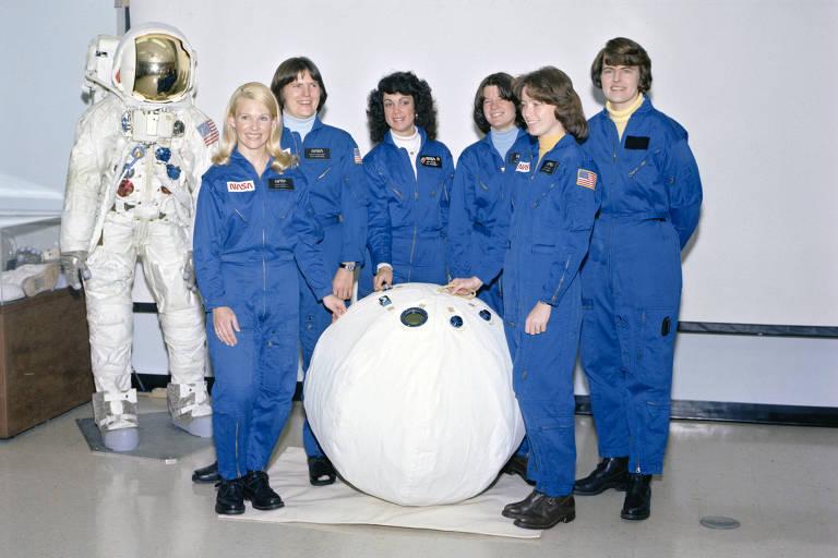 As astronautas candidatas ao programa de ônibus espaciais fazem pose para um retrato de grupo no Centro Espacial Johnson em Houston, em 28 de fevereiro de 1979. À esquerda: Rhea Seddon, Kathryn Sullivan, Judith Resnik, Sally Ride, Anna Fisher e Shannon Lucid