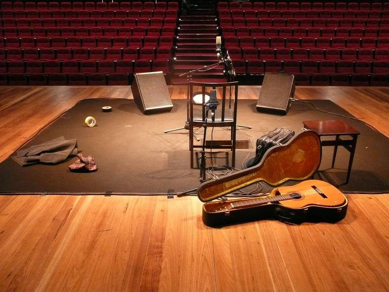 instrumentos dispostos no palco vazio