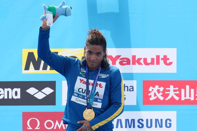 Ana Marcela com o ouro da prova de 5 km da maratona aquática no Mundial da Coreia do Sul