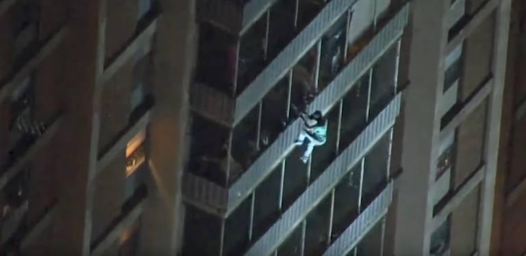 Homem escala prédio de 19 andares para fugir de incêndio nos Estados Unidos