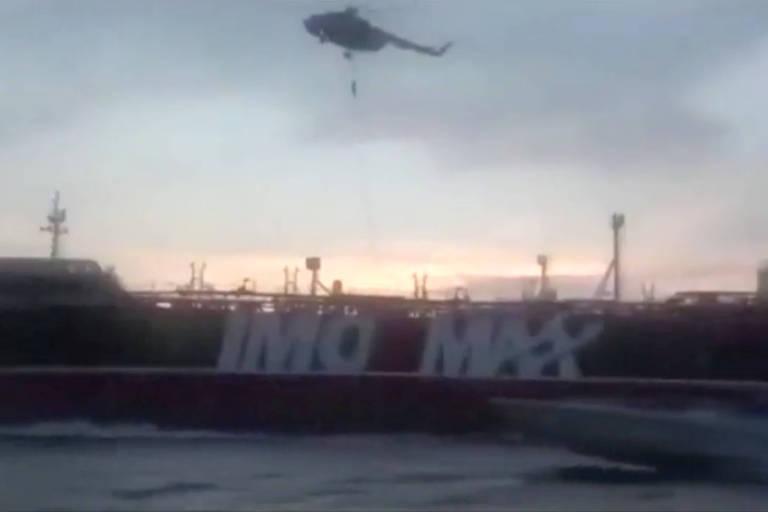 Um membro da Guarda Revolucionária desce de rapel de um helicóptero para o Stena em foto retirada de um vídeo em foto de julho de 2019