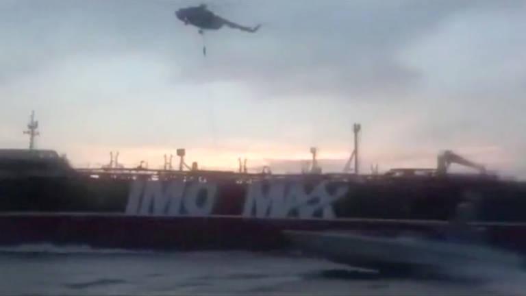 Um membro da Guarda Revolucionária desce de rapel de um helicóptero para o o navio Stena