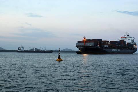 'Estamos alinhados à política dos EUA', diz Bolsonaro sobre navios iranianos