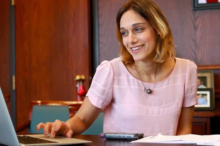 """Ariane Abdallah, autora do livro """"De um gole só"""""""