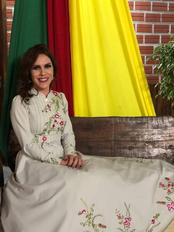 Gabriella Meindrad homenageada por movimento tradicionalista por atuação cultural ao lado de amigos