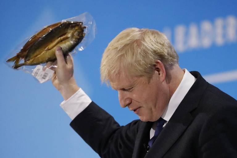 O líder conservador britânico Boris Johson segura um aranque defumado em evento do partido em Londres