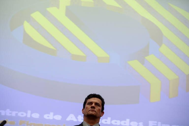 Rosto de Sergio Moro. Atrás, em fundo azul e amarelo, lê-se Controle de Atividades Financeiras