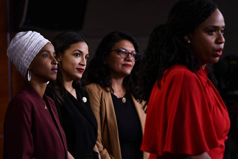 Congressistas Ayanna Pressley (dir.) e Alexandria Ocasio-Cortez, Ilhan Omar e Tashida Tlaibem em conferência de imprensa sobre os ataques de Donald Trump