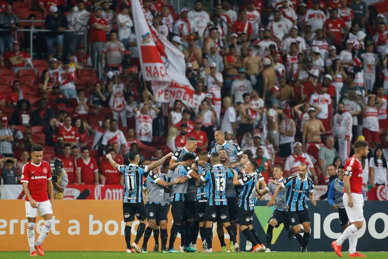 Jogadores do Grêmio comemoram gol de empate na partida contra o Inter, no Beira-Rio