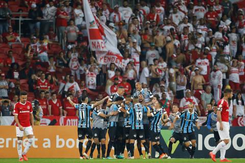 Soccer Football - Brasileiro Championship - Internacional v Gremio - Beira Rio Stadium, Porto Alegre, Brazil - July 20, 2019   Gremio's Luan celebrates scoring their first goal with team mates   REUTERS/Diego Vara ORG XMIT: AIMEX