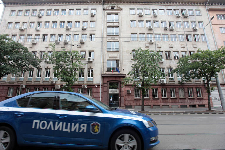 Viatura em frente à agência da Receita Nacional da Bulgária, em Sofia, na Bulgária