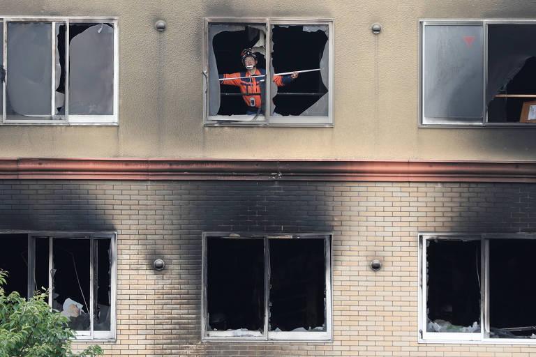 Bombeiro inspeciona o interior do prédio da produtora Kyoto Animation