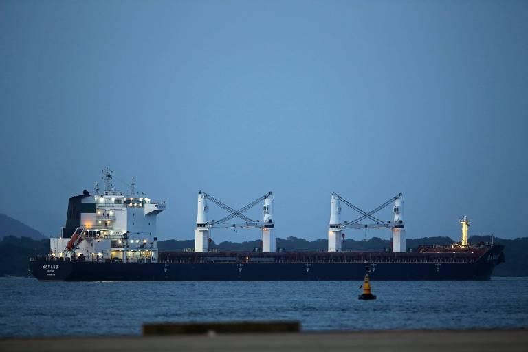 O navio iraniano Bavand, carregado com 48 mil toneladas de milho, ancorado no porto de Paranaguá (PR)