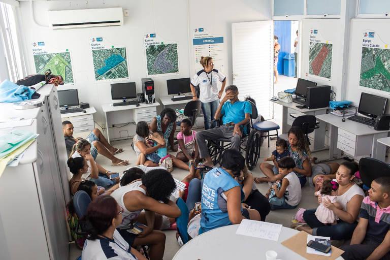Pacientes e funcionários se protegem em posto de saúde no Jacarezinho, no Rio, em tiroteio