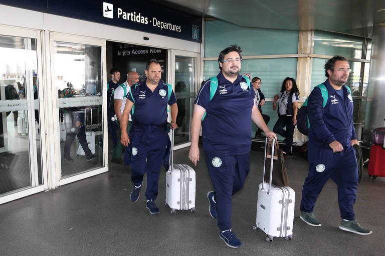 À direta, o diretor de futebol Alexandre Mattos e o supervisor administrativo Gustavo Franco durante desembarque do Palmeiras no Aeroporto Internacional de Buenos Aires