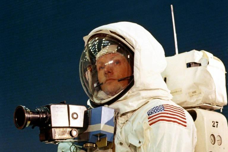 Astronaura Neil Armstrong usa traje com câmera presa na altura do peito durante treinamento para a missão Apollo 11