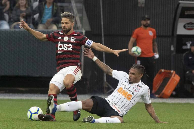 Volante corintiano Júnior Urso tenta tomar a bola do meia rubro-negro Diego no empate por 1 a 1 na Arena Corinthians