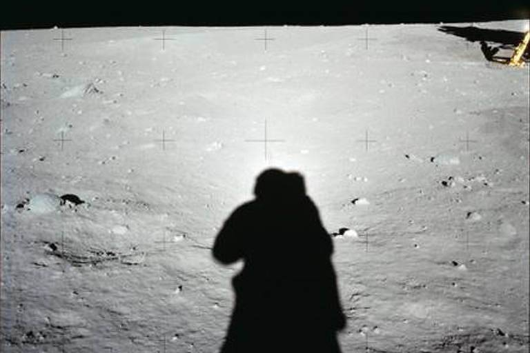 Algumas das imagens feitas pelo trio de astronautas que conduziu a Apollo 11; as câmeras foram desenvolvidas em parceria com a fábrica sueca Hasselblad —munidas de lentes Carl Zeiss— e as películas criadas especialmente pela Kodak